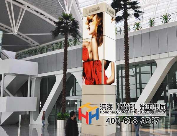 旋转魔方柱,获得商业广告巨大价值的广告机器人图片